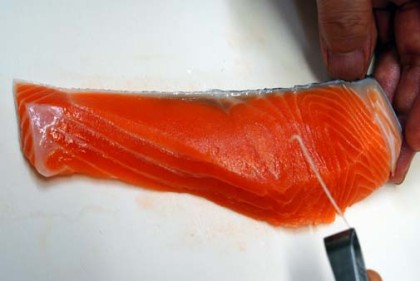 鮭の骨を抜く