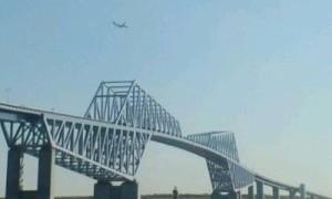 ゲートブリッジの上を飛行機が ...
