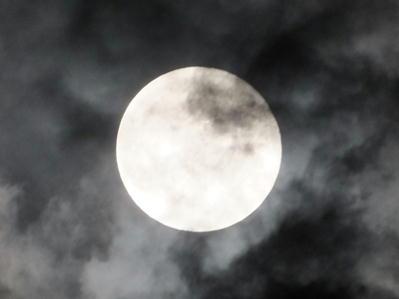 十五夜満月うす曇り