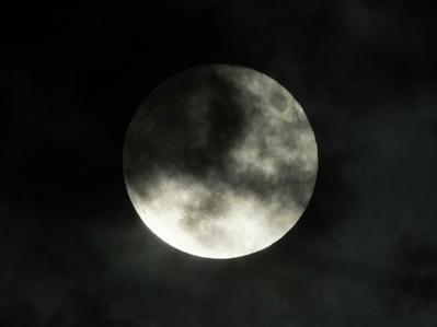 十五夜満月曇り