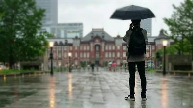 190501東京駅令和初日雨カメラ男子
